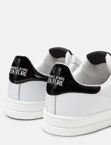 Sneakers Court 88 bianca con il motivo V-Emblem
